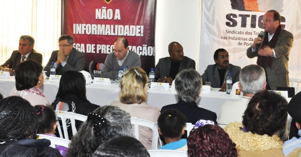 6.ago.2012 - Adão Villaverde (em pé), candidato do PT à Prefeitura de Porto Alegre, se reuniu nesta segunda-feira com integrantes do Sindicato dos Trabalhadores da Indústria da Construção Civil de Porto Alegre