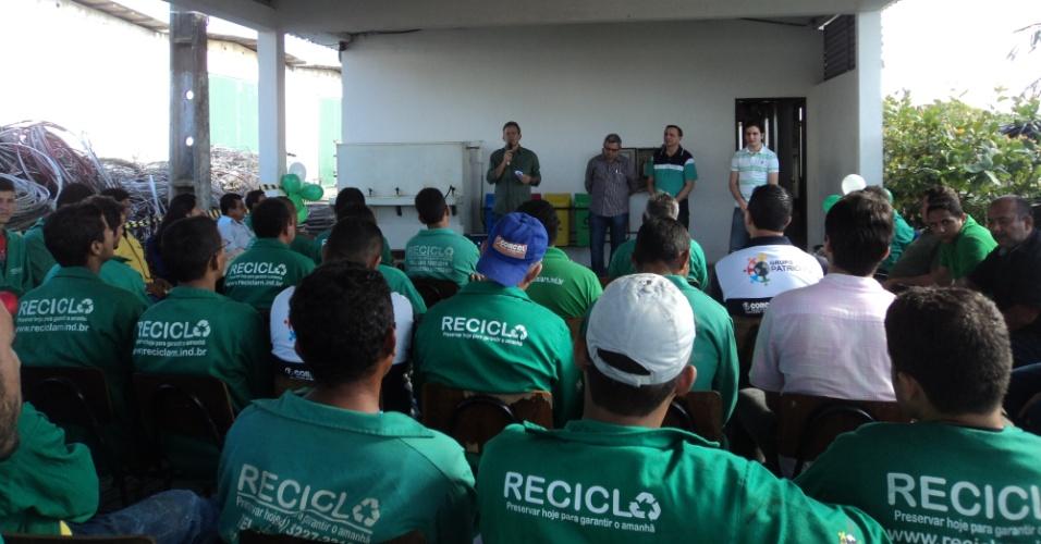 6.ago.2012 - Hermano Morais, candidato do PMDB à Prefeitura de Natal, visitou uma usina de reciclagem nesta segunda-feira, onde disse que vai dar incentivos e regulamentar a atividade