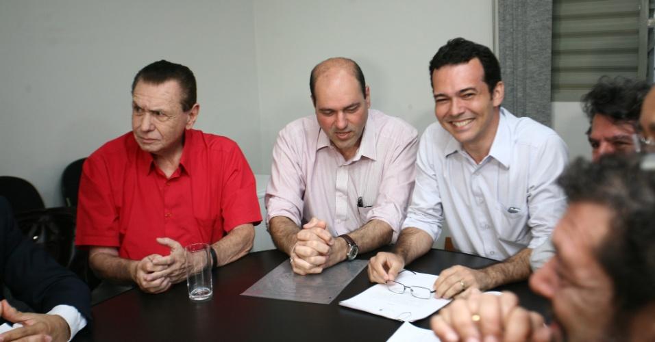 6.ago.2012 - O candidato à Prefeitura de Cuiabá pelo PT, Lúdio Cabral (à dir.), e o seu vice, Francisco Faiad (centro), do PMDB, afirmaram nesta segunda-feira que vão recorrer junto ao TRE-MT (Tribunal Regional Eleitoral do Mato Grosso) da decisão da juíza Gleide Bispo Santos, que impugnou a candidatura de Faiad. Lúdio Cabral informou que a campanha seguirá normalmente até o prazo final para o julgamento da ação, no dia 23 de agosto