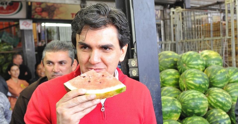 6.ago.2012 - O candidato do PMDB à Prefeitura de São Paulo, Gabriel Chalita, come uma melancia durante visita ao Ceagesp, na zona oeste da capital