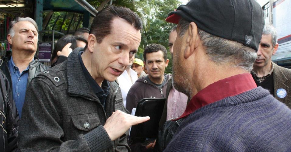 6.ago.2012 - O candidato do PRB, Celso Russomanno, conversa com eleitor durante caminhada em campanha pelo largo 13 de Maio, no bairro de Santo Amaro (zona sul)