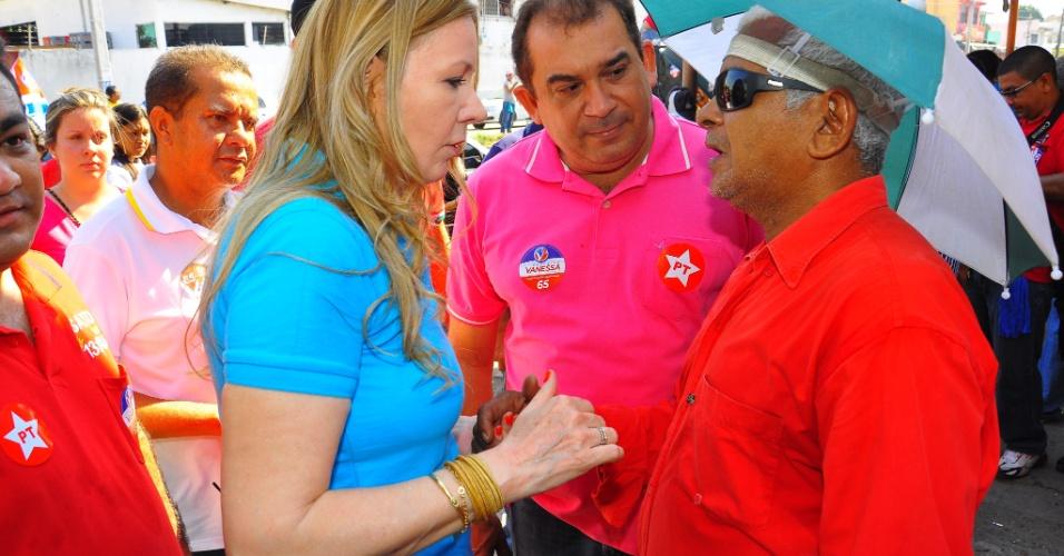 7.ago.2012 - A candidata à Prefeitura de Manaus Vanessa Grazziotin (PC do B) e seu vice, Vital Melo (PT), conversam com eleitor na Feira do Fuxico, no bairro Jorge Teixeira (zona leste)