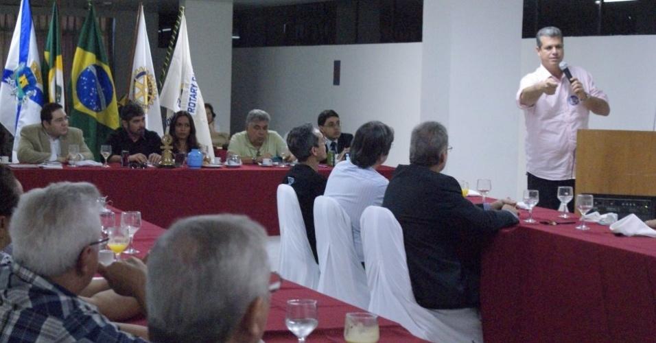 6.ago.2012 - O candidato a prefeito de Fortaleza, Marcos Cals (PSDB), falou de suas propostas para o desenvolvimento da cidade em reunião com associados do Rotary Club