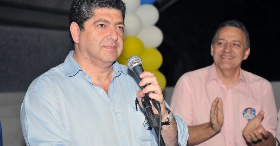 6.ago.2012 - O candidato à Prefeitura de Cuiabá Guilherme Maluf (PSDB) e seu vice João Celestino (DEM) conversam com empresários em evento da campanha