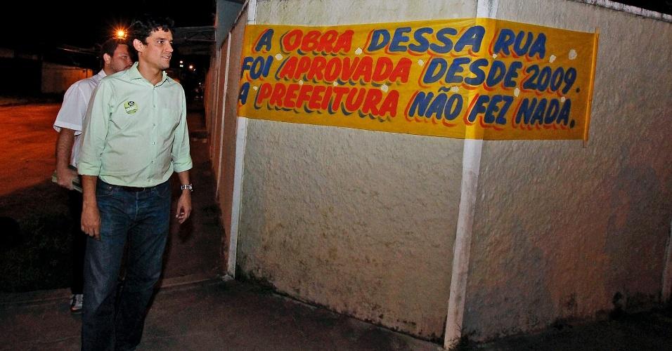 6.ago.2012 - O candidato à Prefeitura de Recife, Daniel Coelho (PSDB), visitou o bairro da Varzea onde encontrou faixas que criticavam obras previstas no Orçamento Participativo e não feitas