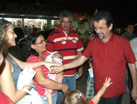 6.ago.2012 - O candidato do PT à Prefeitura do Natal, Fernando Mineiro, participa de caminhada pelas principais ruas do bairro periférico Felipe Camarão (zona oeste)