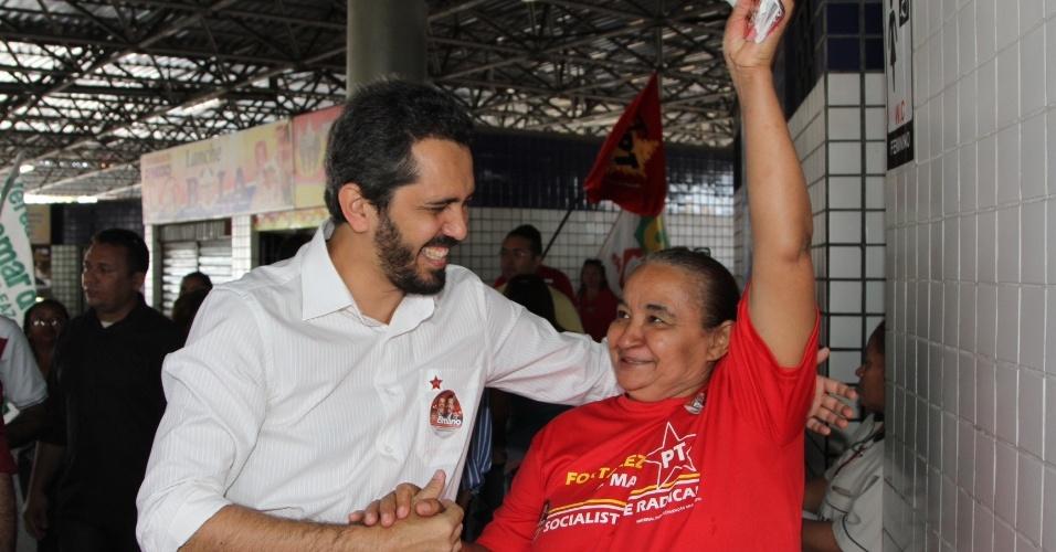 7.ago.2012 - Elmano de Freitas, candidato do PT à Prefeitura de Fortaleza, cumprimenta eleitora durante caminhada pelo Terminal do Siqueira, no bairro Granja Portugal, região oeste da capital cearense