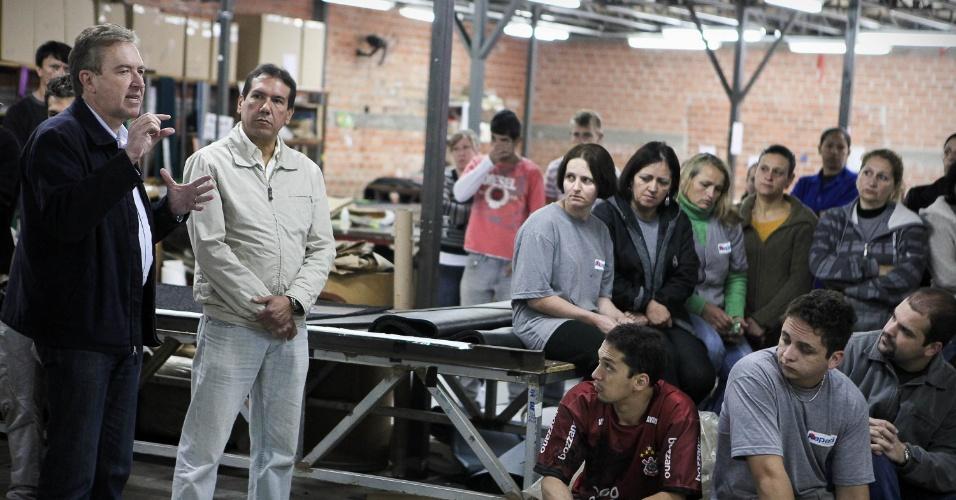 7.ago.2012 - Luciano Ducci, prefeito de Curitiba e candidato à reeleição pelo PSB, discursa para eleitores em uma escola no bairro São João