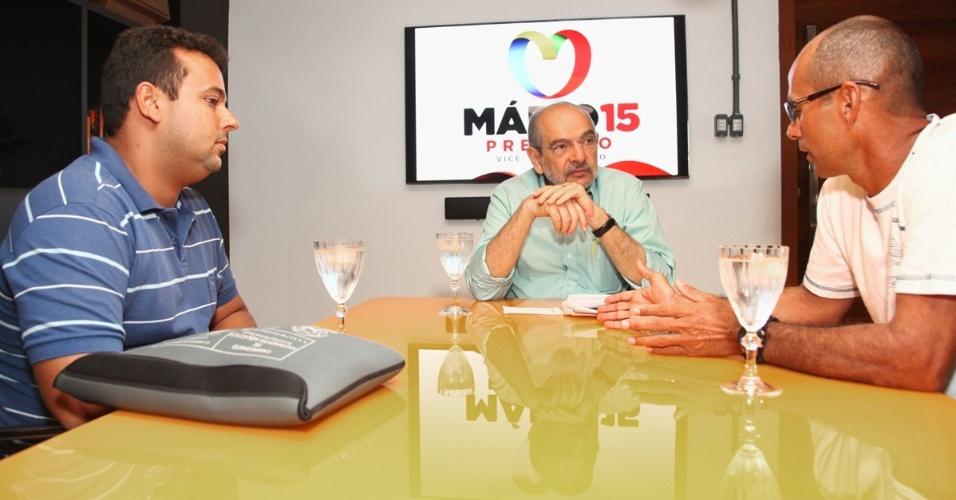 7.ago.2012 - O candidato do PMDB à Prefeitura de Salvador, Mário Kertész (centro), se reuniu nesta terça-feira com representantes da ABASA (Associação Baiana de Salvamento Aquático). O grupo pediu melhorias para o órgão, fundado por Kertész quando esteve na prefeitura pela primeira vez, entre 1986 e 1988