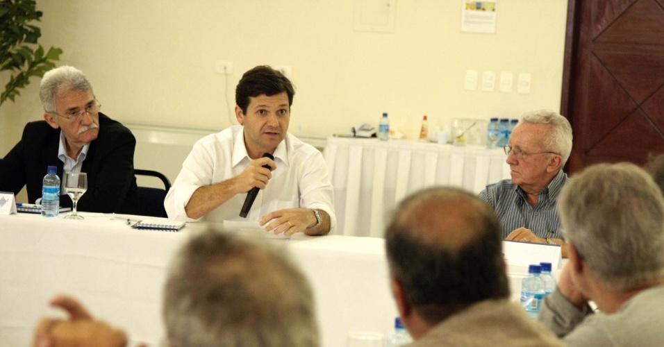 7.ago.2012 - O candidato do PSB à prefeitura, Geraldo Julio (centro), discutiu ideias de revitalização do bairro Recife Antigo com empresários e gestores do Grupo de Amigos do Turismo