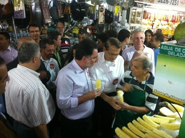 7.ago.2012 - O candidato do PT à Prefeitura de Belo Horizonte, Patrus Ananias, conversa com comerciantes do Mercado Central da capital mineira