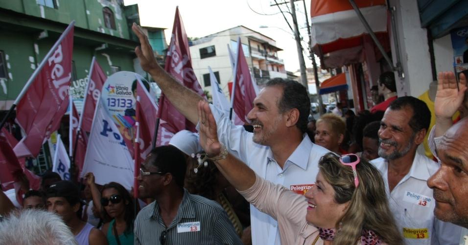 7.ago.2012 - O candidato do PT à prefeitura, Nelson Pelegrino (ao centro), fez caminhada no Vale das Muriçocas, ao lado da candidata a vice, Olívia Santana, seguido por militantes petistas