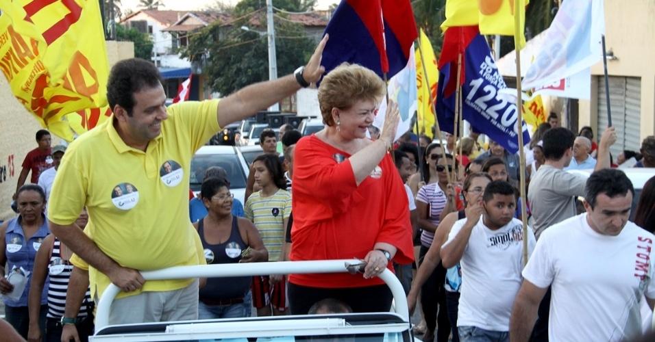 7.ago.2012 - O candidato do PDT à Prefeitura de Natal, Carlos Eduardo (à esq.), e sua vice, Wilma de Faria, fazem carreata pelo bairro da Redinha, na zona norte da cidade