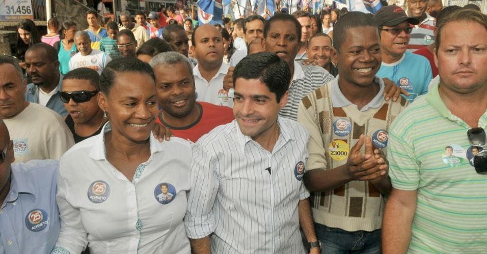 8.ago.2012 - ACM Neto (centro), candidato do DEM à Prefeitura de Salvador, fez caminhada nesta quarta-feira pelo bairro de São Caetano
