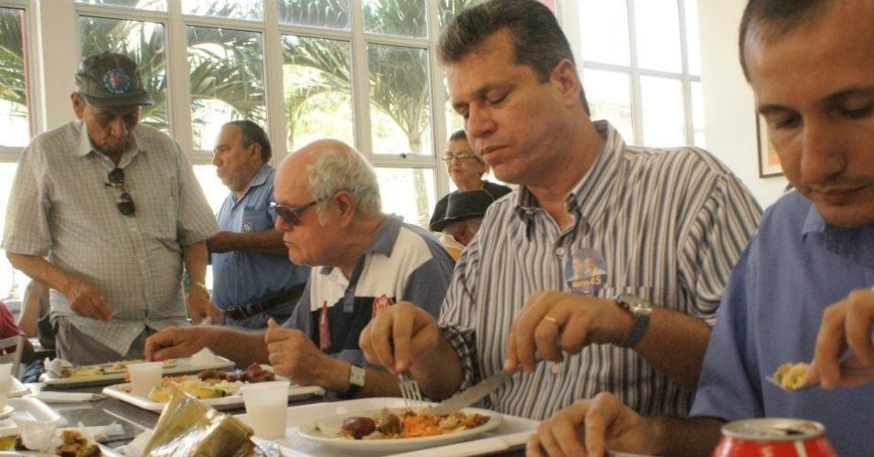 8.ago.2012 - Marcos Cals (de camisa listrada), candidato do PSDB à Prefeitura de Fortaleza, almoçou nesta quarta-feira com eleitores no restaurante popular do SESC, no centro da capital cearense