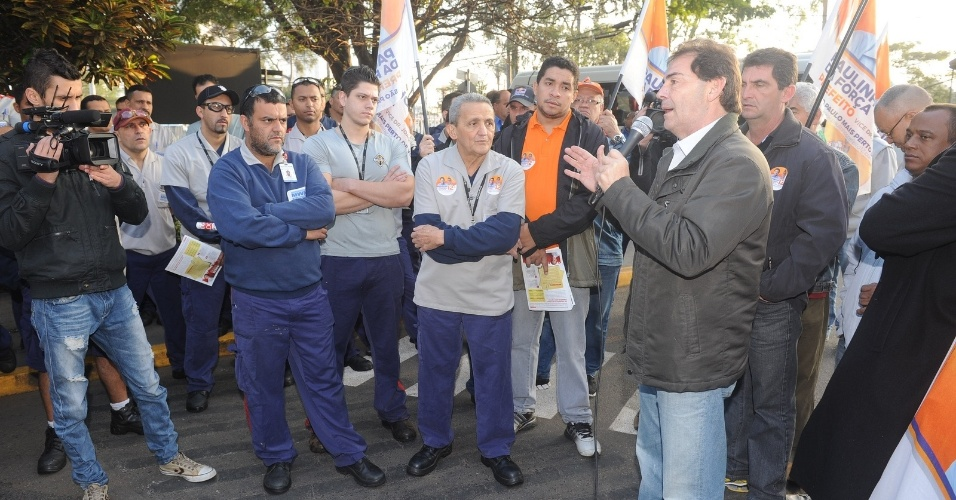 8.ago.2012 - O candidato do PDT à Prefeitura de São Paulo, Paulinho da Força, discursa para trabalhadores da fábrica metalúrgica MWM, no bairro de Santo Amaro, na zona sul de São Paulo, durante visita realizada nesta quarta-feira