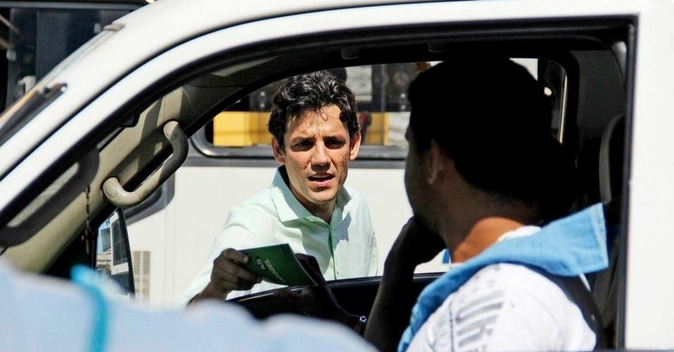 8.ago.2012 - O candidato do PSDB à Prefeitura do Recife, Daniel Coelho, faz panfletagem em frente ao TRE-PE (Tribunal Regional Eleitoral de Pernambuco) na manhã desta quarta-feira