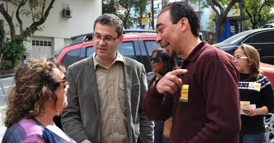 8.ago.2012 - O candidato do PSOL à Prefeitura de Porto Alegre, Roberto Robaina (de óculos), conversa com eleitora ao lado do candidato a vereador João Ezequiel (à dir.) durante visita ao Hospital Presidente Vargas, no bairro Independência, na capital gaúcha