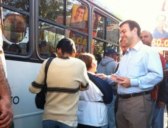 8.ago.2012 - O candidato do PSOL à Prefeitura do Rio de Janeiro, Marcelo Freixo, faz panfletagem pela Central do Brasil, no centro da capital fluminense