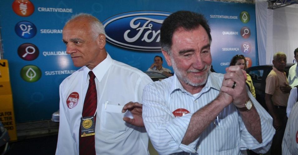 8.ago.2012 - O candidato do PT à Prefeitura de Belo Horizonte, Patrus Ananias (à dir.), visita uma feira de táxis na capital mineira