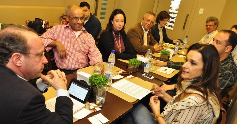 8.ago.2012 - O candidato do PT à Prefeitura de Porto Alegre, Adão Villaverde (à esq.), se reuniu com integrantes da Associação Brasileira de Bares e Restaurantes no centro da capital gaúcha