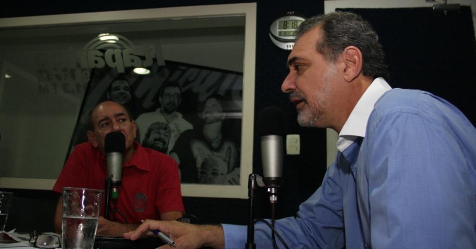 """8.ago.2012 - O candidato do PT à Prefeitura de Salvador, Nelson Pelegrino (à dir.), concedeu entrevista na manhã desta quarta-feira à rádio """"Itaparica FM"""""""