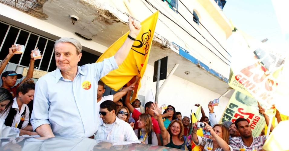 8.ago.2012 - O prefeito de Belo Horizonte e candidato à reeleição pelo PSB, Marcio Lacerda, fez carreata nesta quarta-feira pelo bairro Betânia, zona oeste da capital mineira