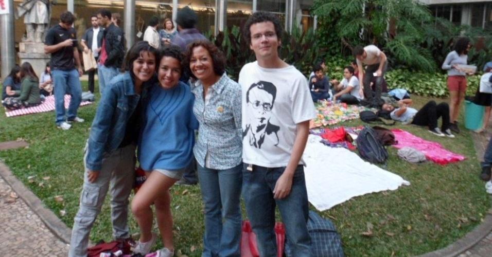8.ago.2012 - A candidata do PSOL à Prefeitura de Belo Horizonte, Maria da Consolação (terceira da esq. para a dir.), participa de greve dos estudantes de arquitetura da UFMG (Universidade Federal de Minas Gerais)