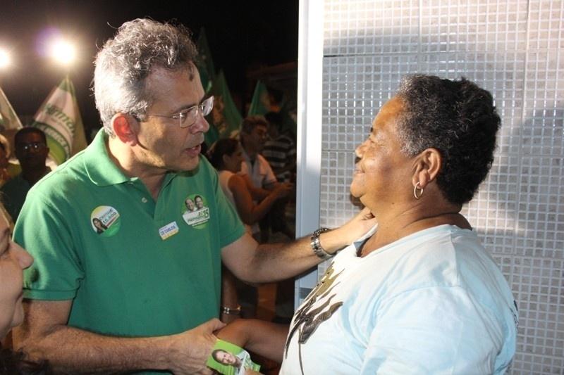 8.ago.2012 - Hermano Morais, candidato do PMDB à Prefeitura de Natal, conversa com moradores da comunidade da África, no bairro Redinha, zona norte da capital potiguar