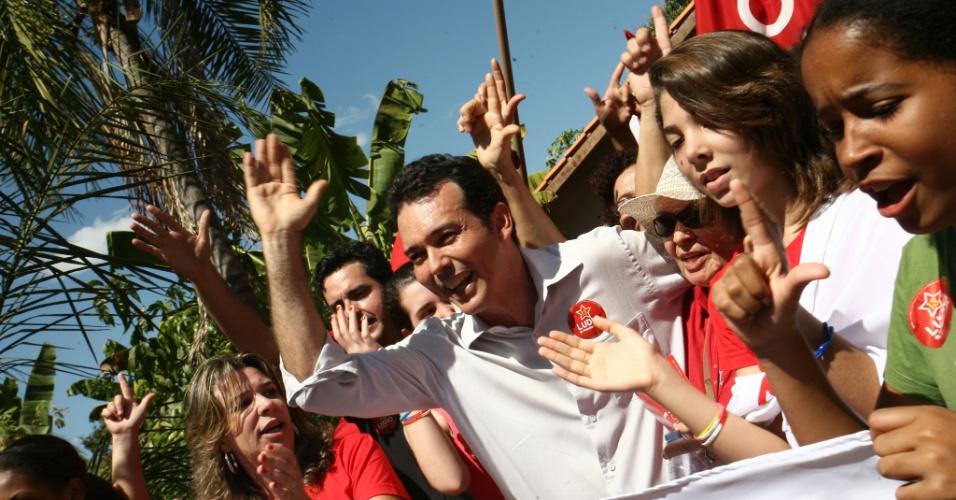 8.ago.2012 - O candidato do PT à Prefeitura de Cuiabá, Lúdio Cabral (de camisa branca), fez caminhada pelo corredor comercial do bairro CPA 4, onde apresentou suas propostas para a melhoria da segurança no local
