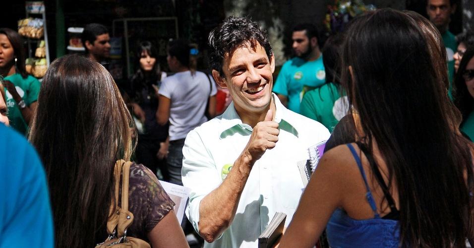 9.ago.2012 - Daniel Coelho, candidato do PSDB à Prefeitura do Recife, faz panfletagem entre os estudantes da Universidade Católica de Pernambuco, no bairro de Boa Vista, região sul da capital pernambucana