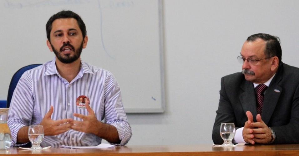 9.ago.2012 - Elmano de Freitas (à esq.), candidato do PT à Prefeitura de Fortaleza, discursa para alunos da Escola Superior de Advocacia, na capital cearense
