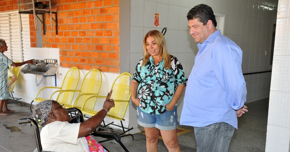 9.ago.2012 - Guilherme Maluf, candidato do PSDB à Prefeitura de Cuiabá, visitou nesta quinta-feira o abrigo de idosos da fundação Abrigo do Bom Jesus. No local, o tucano assinou um termo em que se compromete a investir na instituição
