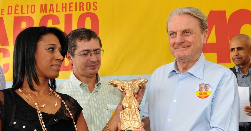 9.ago.2012 - Marcio Lacerda (à dir.), candidato do PSB à reeleição em Belo Horizonte, se encontrou nesta quinta-feira com entidades esportivas da capital mineira. Ele recebeu uma homenagem dada pela campeã mineira de bodybuilding, Edvânia Yoshida