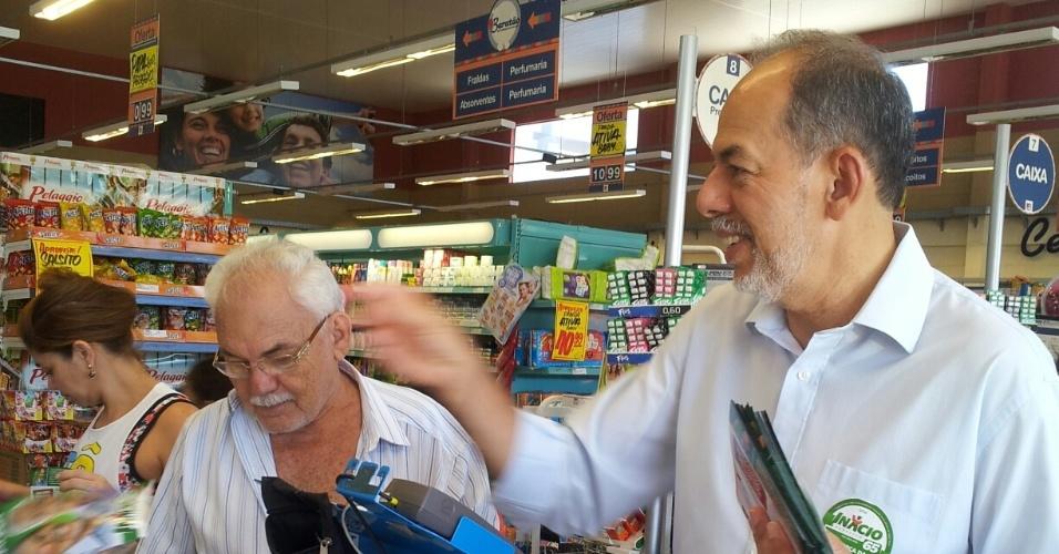 9.ago.2012 - O candidato do PC do B à Prefeitura de Fortaleza, Inácio Arruda (à dir.), conversa com eleitores em supermercado no bairro Parque Presidente Vargas, na capital cearense