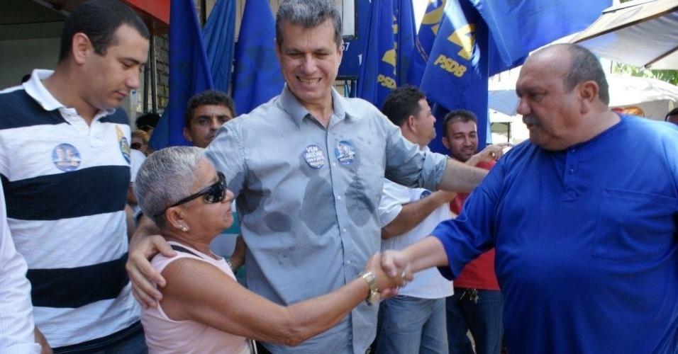 9.ago.2012 - O candidato do PSDB à Prefeitura de Fortaleza, Marcos Cals (centro), conversa com eleitores na praça do Ferreira, centro da capital cearense, durante caminhada pela região