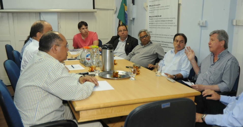 9.ago.2012 - O candidato do PSDB à Prefeitura de Manaus, Arthur Virgílio (à dir.), se reúne com integrantes do Conselho Regional de Economia do Amazonas