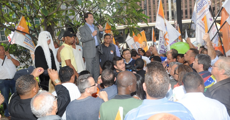 9.ago.2012 - Paulinho da Força, candidato do PDT à Prefeitura de São Paulo, discursa durante panfletagem na avenida Paulista