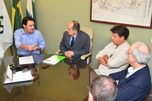 9.ago.2012 - Ratinho Júnior (à esq.), candidato do PSC à Prefeitura de Curitiba, se reúne com integrantes da Associação Médica do Paraná