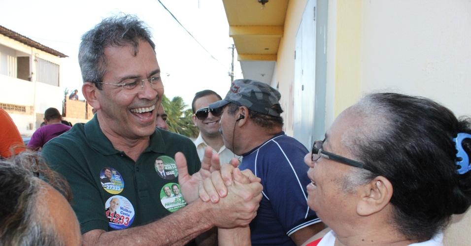 10.ago.2012 - Hermano Morais, candidato do PMDB à Prefeitura de Natal, cumprimenta eleitora durante caminhada pelo bairro Planalto, na manhã desta sexta-feira