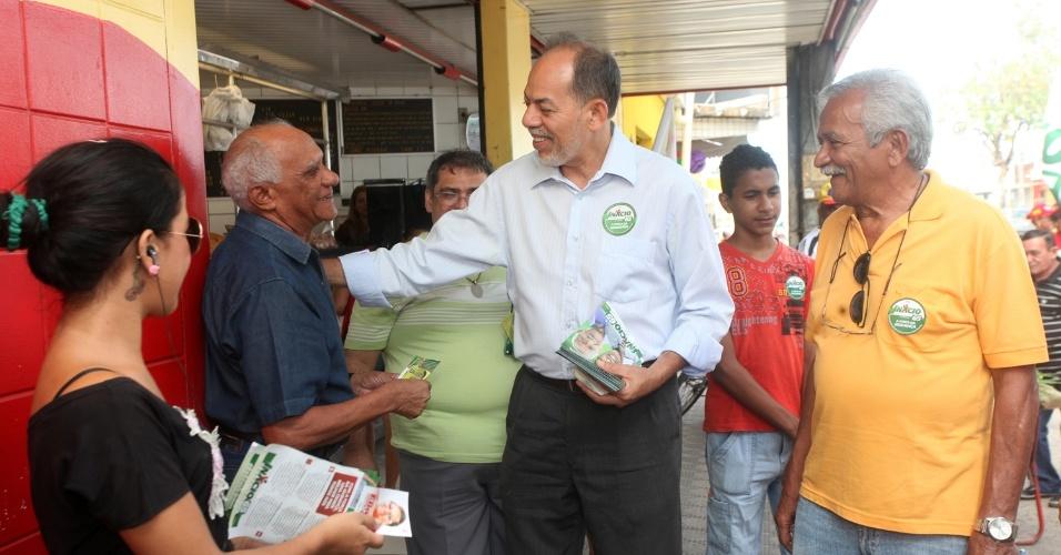 10.ago.2012 - Inácio Arruda, candidato do PC do B à Prefeitura de Fortaleza, fez caminhada nesta sexta-feira pelo Conjunto Ceará, um dos bairros mais populosos da cidade