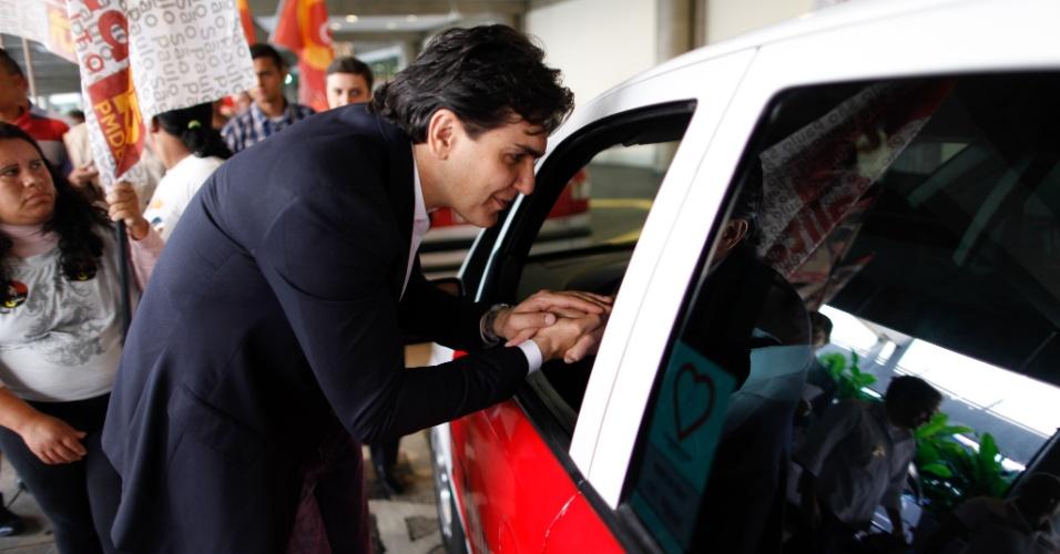 10.ago.2012 - O candidato à Prefeitura de São Paulo Gabriel Chalita (PMDB) fez campanha entre os taxistas e funcionários do aeroporto de Congonhas, na manhã desta sexta-feira