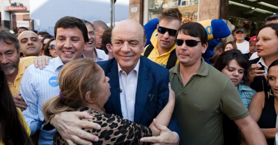 10.ago.2012 - O candidato à Prefeitura de São Paulo José Serra (PSDB) abraça uma eleitora durante caminhada na rua 25 de Março, no centro da cidade