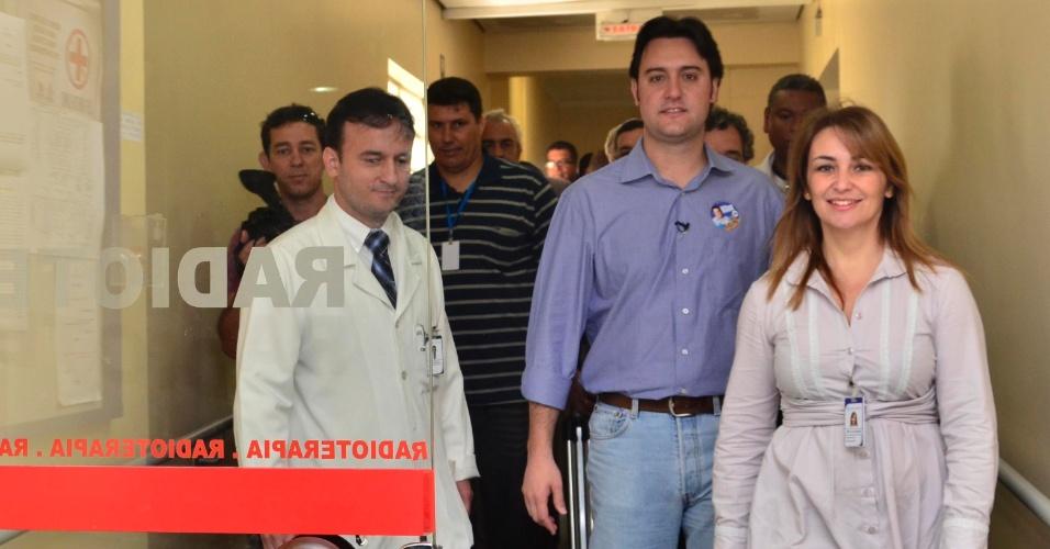 10.ago.2012 - O candidato do PSC à Prefeitura de Curitba, Ratinho Júnior (centro), visitou na manhã desta sexta-feira o hospital Erasto Gaertner