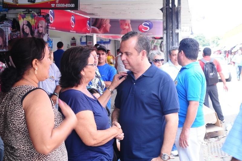 10.ago.2012 - O candidato do PSDB à Prefeitura de Natal, Rogério Marinho, conversa com eleitora durante caminhada pelo centro comercial do bairro de Alecrim