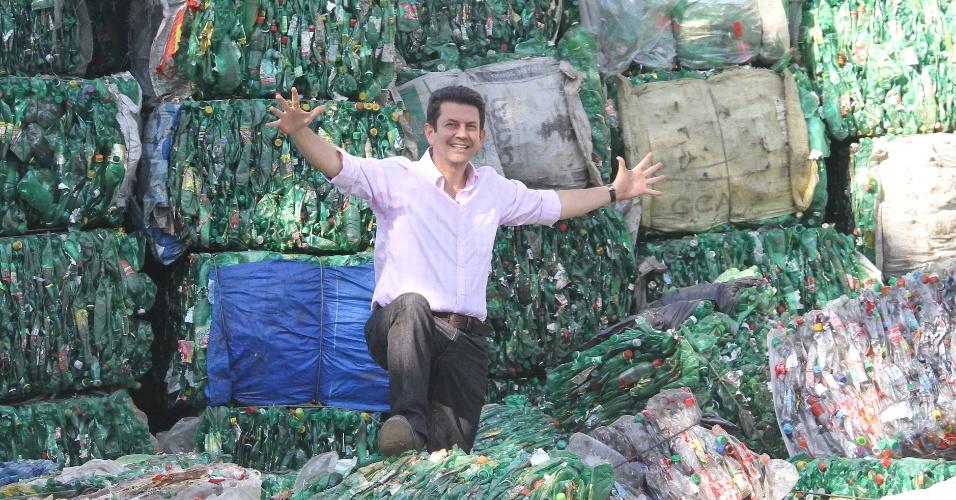 10.ago.2012 - O candidato do PSDB à Prefeitura do Rio de Janeiro, Otávio Leite, visitou nesta sexta-feira a ONG Eco Vida, em Honório Gurgel, subúrbio do Rio. A organização vence 800 toneladas de garrafas recicladas por mês
