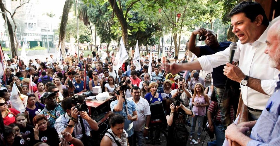 10.ago.2012 - O candidato pelo PT à Prefeitura de São Paulo, Fernando Haddad, discursa durante o lançamento da  candidatura a vereador de Manoel Del Rio (à esq. de Haddad), no coreto da Praca da Republica, centro da cidade