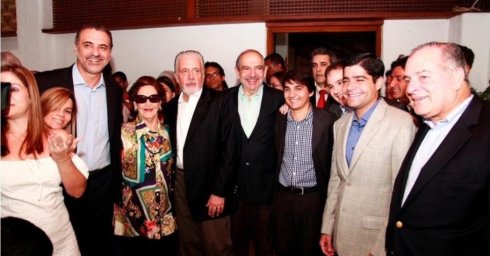 10.ago.2012 - Os candidatos à Prefeitura de Salvador Nelson Pelegrino (PT), Mario Kertész (PMDB) e ACM Neto (DEM) participaram de café da manhã organizado pela família do escritor baiano Jorge Amado, que completaria cem anos nesta sexta-feira