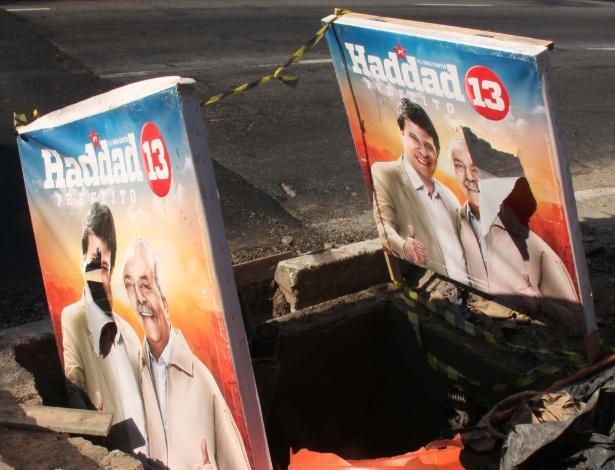 10.ago.2012 - Placa eleitoral do candidato à Prefeitura de São Paulo pelo PT, Fernando Haddad, é usada para tapar um buraco na avenida Jaguaré, zona oeste da capital
