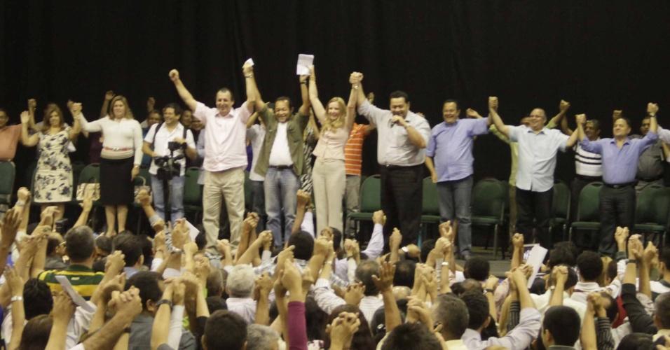 9.ago.2012 - A candidata do PC do B à Prefeitura de Manaus, Vanessa Grazziotin (centro), se reuniu nesta quinta-feira com cerca de 1.200 pastores da igreja Assembleia de Deus, na capital amazonense